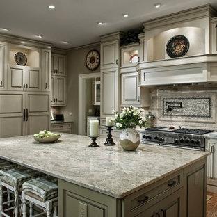 Idéer för avskilda, stora vintage u-kök, med luckor med upphöjd panel, beige skåp, granitbänkskiva, beige stänkskydd, stänkskydd i tegel, rostfria vitvaror, laminatgolv och en köksö