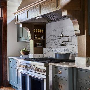 Réalisation d'une grand cuisine linéaire tradition avec un placard à porte shaker, un plan de travail en quartz, une crédence blanche, une crédence en carreau de céramique, un électroménager en acier inoxydable, un sol en bois brun, un îlot central, un sol marron, un plan de travail blanc et un plafond à caissons.