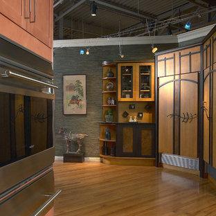 ニューヨークの中サイズのアジアンスタイルのおしゃれなキッチン (フラットパネル扉のキャビネット、中間色木目調キャビネット、クオーツストーンカウンター、シルバーの調理設備、無垢フローリング、アイランドなし) の写真