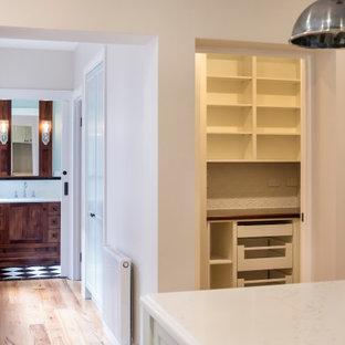 メルボルンの広いヴィクトリアン調のおしゃれなキッチン (ドロップインシンク、クオーツストーンカウンター、白いキッチンパネル、黒い調理設備、無垢フローリング、白いキッチンカウンター、オープンシェルフ、白いキャビネット、メタルタイルのキッチンパネル) の写真