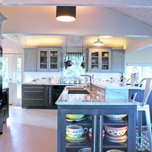 Offene, Geräumige Maritime Küche in L-Form mit Unterbauwaschbecken, Schrankfronten mit vertiefter Füllung, grauen Schränken, Granit-Arbeitsplatte, Küchenrückwand in Weiß, schwarzen Elektrogeräten, gebeiztem Holzboden und Kücheninsel in New York