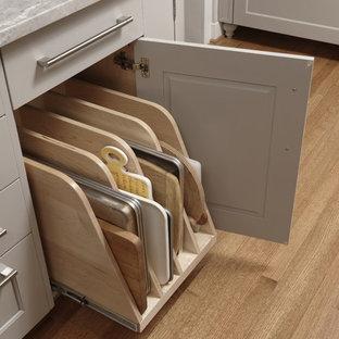 ワシントンD.C.の広いトランジショナルスタイルのおしゃれなキッチン (アンダーカウンターシンク、シェーカースタイル扉のキャビネット、グレーのキャビネット、珪岩カウンター、グレーのキッチンパネル、モザイクタイルのキッチンパネル、シルバーの調理設備、無垢フローリング、茶色い床、グレーのキッチンカウンター) の写真