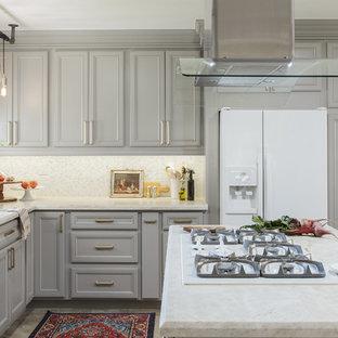 Mittelgroße Klassische Wohnküche in L-Form mit Schrankfronten mit vertiefter Füllung, grauen Schränken, Quarzit-Arbeitsplatte, Küchenrückwand in Weiß, weißen Elektrogeräten, Porzellan-Bodenfliesen, Kücheninsel, beigem Boden, Waschbecken, Rückwand aus Mosaikfliesen und weißer Arbeitsplatte in San Diego