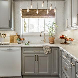 Bild på ett litet vintage vit vitt kök, med luckor med infälld panel, grå skåp, bänkskiva i kvartsit, vitt stänkskydd, vita vitvaror, klinkergolv i porslin, en köksö, stänkskydd i mosaik, beiget golv och en enkel diskho