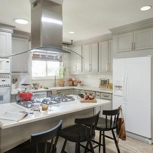 Mittelgroße Klassische Wohnküche in L-Form mit Schrankfronten mit vertiefter Füllung, grauen Schränken, Quarzit-Arbeitsplatte, Küchenrückwand in Weiß, weißen Elektrogeräten, Porzellan-Bodenfliesen, Kücheninsel, weißem Boden, weißer Arbeitsplatte, Waschbecken und Rückwand aus Mosaikfliesen in San Diego