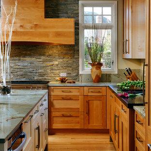 Exempel på ett mellanstort klassiskt kök, med skåp i shakerstil, skåp i ljust trä, granitbänkskiva, ljust trägolv, en köksö, en undermonterad diskho, grått stänkskydd, stänkskydd i stenkakel, rostfria vitvaror och beiget golv