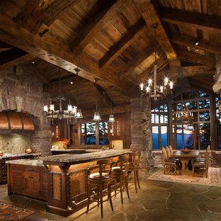 Exemple d'une cuisine ouverte montagne en U de taille moyenne avec un placard à porte plane, des portes de placard en bois sombre, un plan de travail en granite, une crédence multicolore, une crédence en mosaïque, un sol en ardoise et une péninsule.