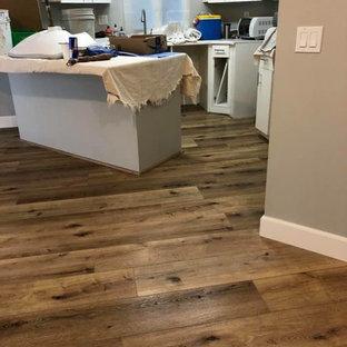 サンディエゴのカントリー風おしゃれなキッチン (フラットパネル扉のキャビネット、白いキャビネット、クッションフロア、マルチカラーの床) の写真