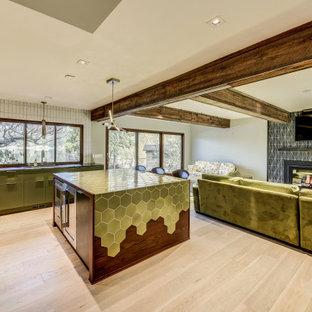 シアトルの巨大なモダンスタイルのおしゃれなキッチン (緑のキャビネット、タイルカウンター、白いキッチンパネル、レンガのキッチンパネル、淡色無垢フローリング、ベージュの床、緑のキッチンカウンター) の写真
