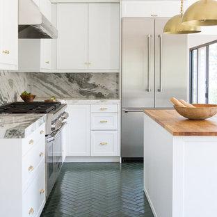 ロサンゼルスの大きいコンテンポラリースタイルのおしゃれなキッチン (落し込みパネル扉のキャビネット、白いキャビネット、大理石カウンター、マルチカラーのキッチンパネル、大理石の床、シルバーの調理設備の、レンガの床、緑の床、緑のキッチンカウンター) の写真