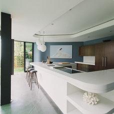 Modern Kitchen by NEW THEME Inc.