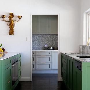 Zweizeilige, Große Moderne Küche mit Vorratsschrank, Unterbauwaschbecken, Schrankfronten im Shaker-Stil, grünen Schränken, Marmor-Arbeitsplatte, bunter Rückwand, Rückwand aus Marmor, schwarzen Elektrogeräten, gebeiztem Holzboden, braunem Boden und bunter Arbeitsplatte in Adelaide