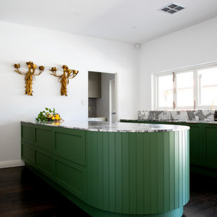Bild på ett stort funkis flerfärgad flerfärgat kök, med en undermonterad diskho, skåp i shakerstil, gröna skåp, marmorbänkskiva, flerfärgad stänkskydd, stänkskydd i marmor, svarta vitvaror, målat trägolv och brunt golv