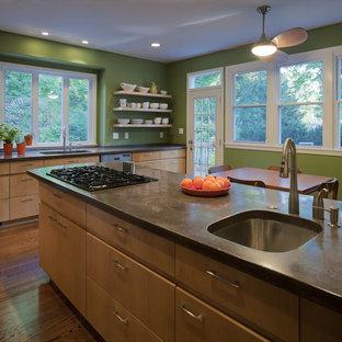 Ispirazione per una cucina abitabile minimal con ante lisce, top in cemento e ante in legno scuro