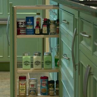 ボストンの大きいエクレクティックスタイルのおしゃれなキッチン (エプロンフロントシンク、落し込みパネル扉のキャビネット、緑のキャビネット、御影石カウンター、黒いキッチンパネル、石スラブのキッチンパネル、黒い調理設備、スレートの床) の写真
