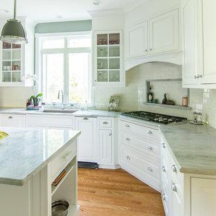 Geschlossene, Mittelgroße Klassische Küche in U-Form mit Unterbauwaschbecken, Kassettenfronten, weißen Schränken, Quarzit-Arbeitsplatte, Küchenrückwand in Weiß, Rückwand aus Keramikfliesen, Küchengeräten aus Edelstahl, braunem Holzboden, Kücheninsel, beigem Boden und grüner Arbeitsplatte in Philadelphia