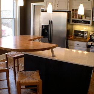 フィラデルフィアの小さいコンテンポラリースタイルのおしゃれなキッチン (レイズドパネル扉のキャビネット、クオーツストーンカウンター、緑のキッチンパネル、磁器タイルのキッチンパネル、コルクフローリング、白いキャビネット、シルバーの調理設備の) の写真