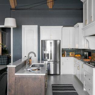 シカゴの大きいエクレクティックスタイルのおしゃれなキッチン (レイズドパネル扉のキャビネット、白いキャビネット、緑のキッチンパネル、セラミックタイルのキッチンパネル、シルバーの調理設備の、淡色無垢フローリング、白い床、グレーのキッチンカウンター) の写真