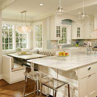 Удачное сочетание для дизайна помещения: кухня в классическом стиле с фартуком из плитки мозаики, столешницей из кварцита, раковиной в стиле кантри, фасадами с утопленной филенкой, белыми фасадами, синим фартуком и белой столешницей - самое интересное для вас