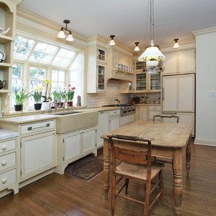 ニューヨークのトラディショナルスタイルのおしゃれなキッチン (サブウェイタイルのキッチンパネル) の写真