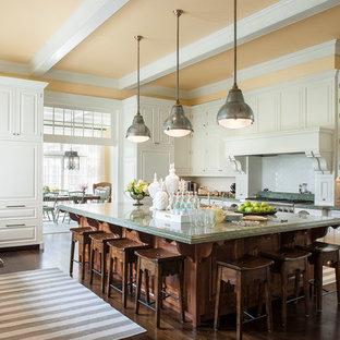 Große, Geschlossene Klassische Küche mit weißen Schränken, Granit-Arbeitsplatte, Küchenrückwand in Weiß, Rückwand aus Keramikfliesen, dunklem Holzboden, Kücheninsel, grüner Arbeitsplatte, profilierten Schrankfronten und braunem Boden in New York