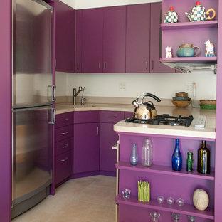 Geschlossene, Kleine Moderne Küche ohne Insel in U-Form mit Unterbauwaschbecken, flächenbündigen Schrankfronten, Küchengeräten aus Edelstahl, Mineralwerkstoff-Arbeitsplatte, Küchenrückwand in Weiß und Keramikboden in New York