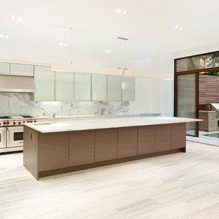 Foto de cocina en L, actual, con armarios con paneles lisos y electrodomésticos de acero inoxidable