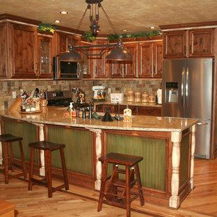 Zweizeilige, Mittelgroße Urige Wohnküche mit Unterbauwaschbecken, Schrankfronten mit vertiefter Füllung, Granit-Arbeitsplatte, bunter Rückwand, Rückwand aus Steinfliesen, Küchengeräten aus Edelstahl, braunem Holzboden und Halbinsel in Denver