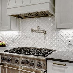 Foto på ett mellanstort vintage vit kök, med en rustik diskho, luckor med infälld panel, vita skåp, bänkskiva i kvarts, vitt stänkskydd, stänkskydd i keramik, rostfria vitvaror, ljust trägolv, en köksö och gult golv