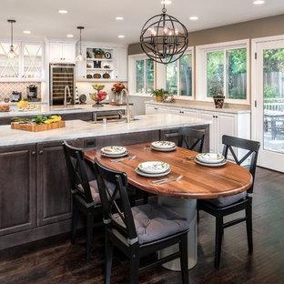 Idéer för ett stort klassiskt kök, med vita skåp, marmorbänkskiva, mörkt trägolv, flera köksöar, luckor med glaspanel och flerfärgad stänkskydd