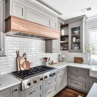 Klassische Küche mit Rückwand aus Porzellanfliesen in New York