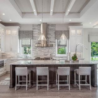 Große Moderne Wohnküche in U-Form mit Unterbauwaschbecken, Schrankfronten im Shaker-Stil, beigen Schränken, bunter Rückwand, Rückwand aus Stäbchenfliesen, Küchengeräten aus Edelstahl, Kücheninsel, bunter Arbeitsplatte, Granit-Arbeitsplatte, Porzellan-Bodenfliesen und grauem Boden in Miami