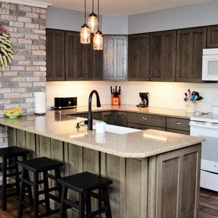 他の地域の中くらいのラスティックスタイルのおしゃれなキッチン (エプロンフロントシンク、落し込みパネル扉のキャビネット、グレーのキャビネット、珪岩カウンター、白いキッチンパネル、塗装板のキッチンパネル、白い調理設備、ラミネートの床、茶色い床、茶色いキッチンカウンター) の写真