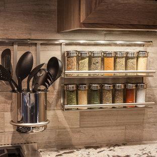 Exempel på ett stort klassiskt kök, med en rustik diskho, luckor med infälld panel, skåp i mellenmörkt trä, granitbänkskiva, beige stänkskydd, stänkskydd i porslinskakel, rostfria vitvaror, klinkergolv i porslin och en köksö