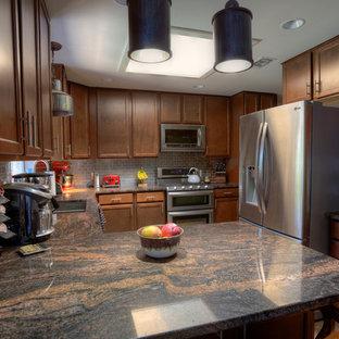 Foto di una piccola cucina tradizionale con lavello sottopiano, ante in stile shaker, ante in legno bruno, top in granito, paraspruzzi a effetto metallico, paraspruzzi con piastrelle di metallo, elettrodomestici in acciaio inossidabile, pavimento in terracotta e penisola