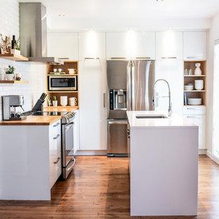 Esempio di una piccola cucina a L scandinava chiusa con lavello sottopiano, ante lisce, ante bianche, top in quarzite, paraspruzzi bianco, paraspruzzi con piastrelle in ceramica, elettrodomestici in acciaio inossidabile, pavimento in legno massello medio, isola e pavimento arancione