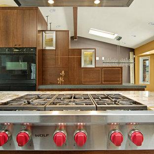 サンディエゴの大きいアジアンスタイルのおしゃれなキッチン (フラットパネル扉のキャビネット、中間色木目調キャビネット、珪岩カウンター、シルバーの調理設備の) の写真