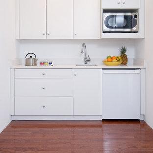 Inspiration för moderna linjära kök, med en undermonterad diskho, släta luckor, vita skåp och vita vitvaror