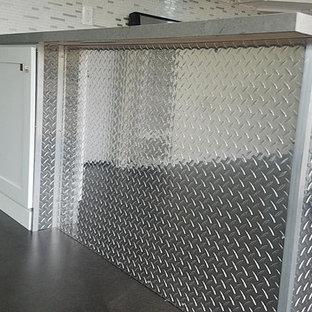 サンディエゴの小さいインダストリアルスタイルのおしゃれなキッチン (アンダーカウンターシンク、シェーカースタイル扉のキャビネット、白いキャビネット、クオーツストーンカウンター、白いキッチンパネル、磁器タイルのキッチンパネル、シルバーの調理設備の、コンクリートの床、グレーの床、グレーのキッチンカウンター) の写真