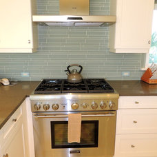 Tropical Kitchen by Dynan Construction Management