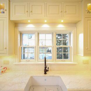 プロビデンスの中くらいのトラディショナルスタイルのおしゃれなキッチン (エプロンフロントシンク、レイズドパネル扉のキャビネット、黄色いキャビネット、御影石カウンター、白いキッチンパネル、サブウェイタイルのキッチンパネル、シルバーの調理設備、テラコッタタイルの床、アイランドなし、赤い床) の写真