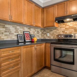 Inspiration för mellanstora klassiska kök, med en dubbel diskho, luckor med profilerade fronter, skåp i mellenmörkt trä, laminatbänkskiva, brunt stänkskydd, rostfria vitvaror, klinkergolv i keramik och en köksö