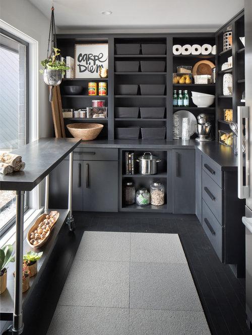 Cuisine avec des portes de placard noires et un garde for Placard garde manger cuisine