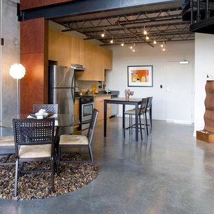 ポートランドの中くらいのインダストリアルスタイルのおしゃれなキッチン (フラットパネル扉のキャビネット、中間色木目調キャビネット、シルバーの調理設備、アンダーカウンターシンク、コンクリートカウンター、コンクリートの床、アイランドなし、グレーの床) の写真