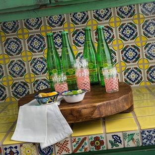 Foto di una grande cucina ad ambiente unico stile americano con ante in stile shaker, ante con finitura invecchiata, top piastrellato, paraspruzzi multicolore, paraspruzzi con piastrelle in ceramica, pavimento in terracotta e 2 o più isole