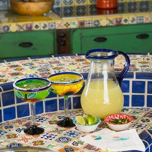 Inspiration för amerikanska kök, med en nedsänkt diskho, kaklad bänkskiva, blått stänkskydd, stänkskydd i keramik, rostfria vitvaror och en köksö