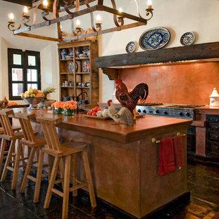 На фото: угловая кухня-гостиная среднего размера в классическом стиле с фасадами с выступающей филенкой, черными фасадами, оранжевым фартуком, черной техникой и островом с