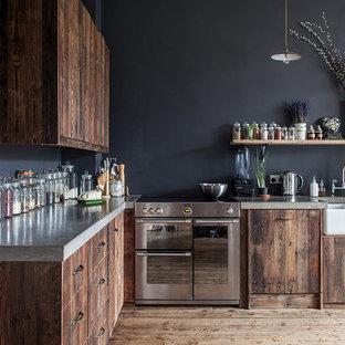Inspiration pour une grande cuisine chalet en L fermée avec un évier de ferme, un placard à porte plane, des portes de placard en bois sombre et un plan de travail en béton.
