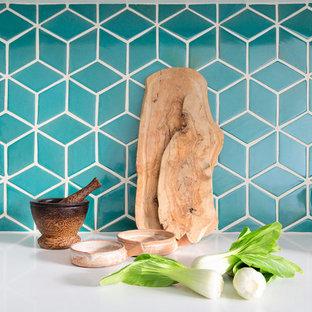 ロンドンの中くらいのコンテンポラリースタイルのおしゃれなキッチン (白いキャビネット、緑のキッチンパネル、セラミックタイルのキッチンパネル、シルバーの調理設備) の写真