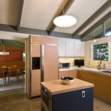 Modern Kitchen by Green Sand Architecture + Sustainability